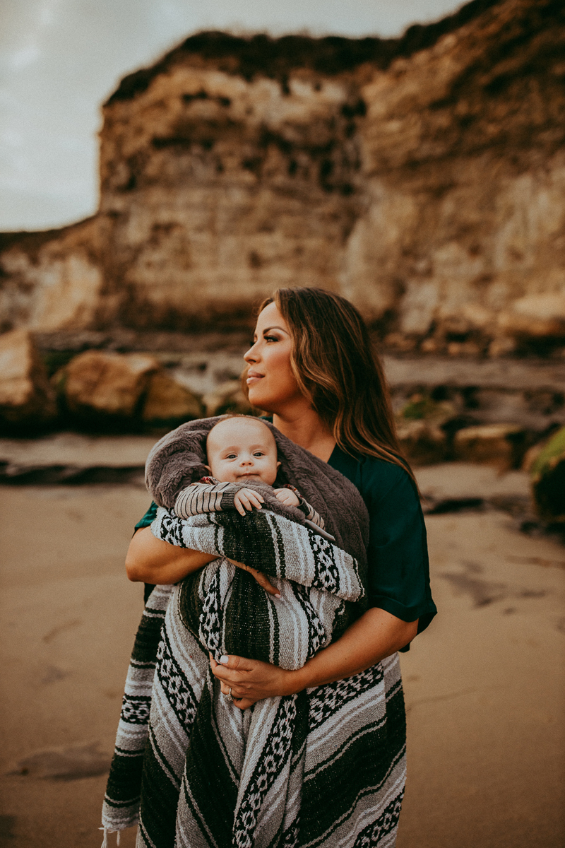 Family Photography, mother wrapped up in blanket with baby