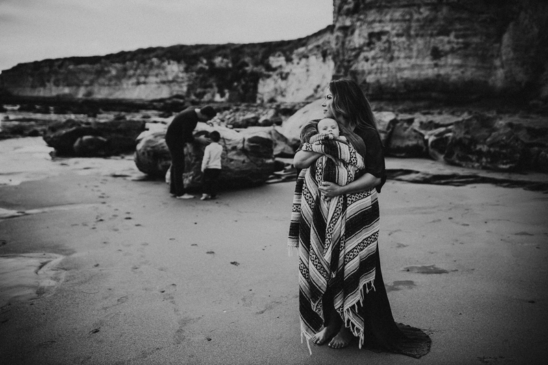 Family Photography, black and white image of mother wrapped up in a blanket with her baby